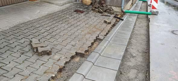 Stadt erneuert Randsteine und beschädigt mein Pflaster?
